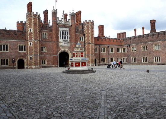 Year 8 Students visit Hampton Court Palace