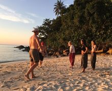 Tiga ruang beach games before dark